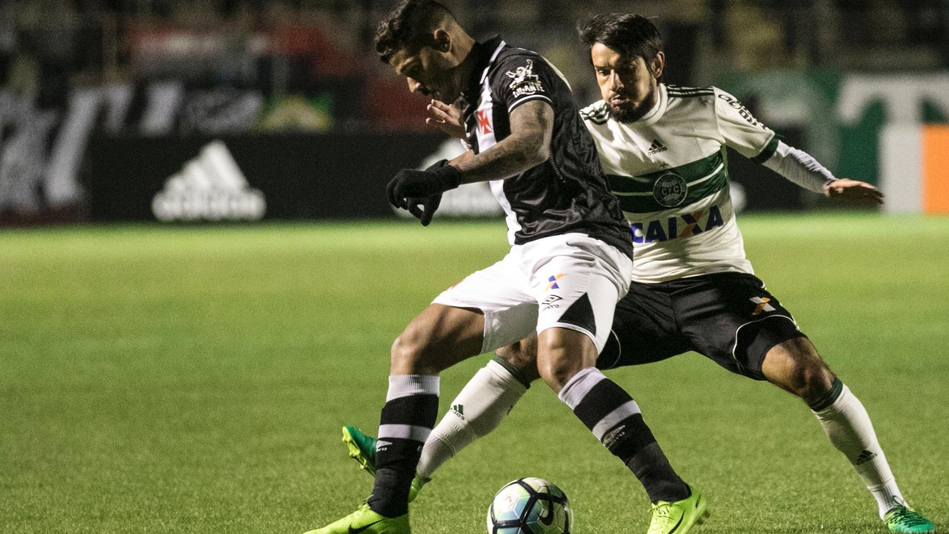 Tiago Real acompanha Henrique de perto em Coritiba x Vasco
