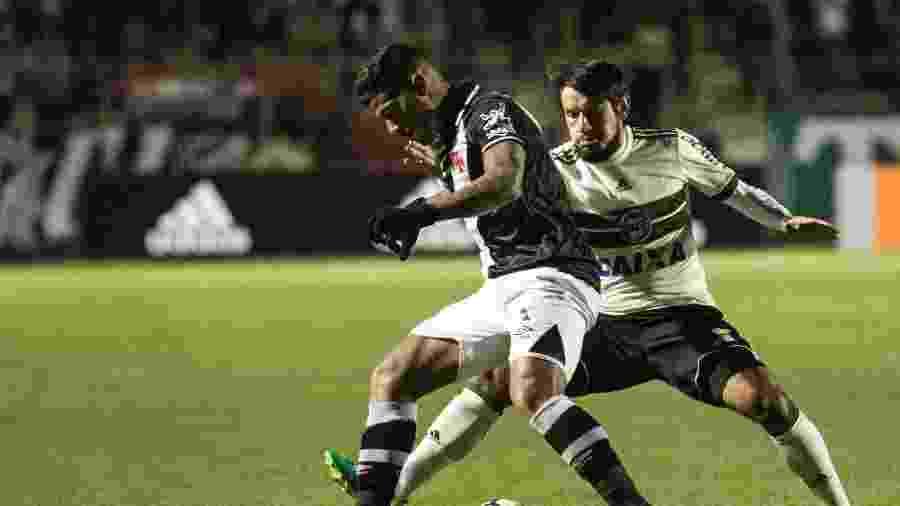 Tiago Real acompanha Henrique de perto em Coritiba x Vasco - Cleber Yamaguchi/AGIF