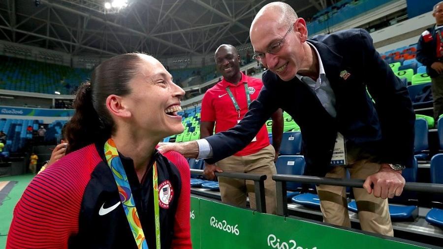 Sue Bird cumprimenta Adam Silver, comissário da NBA, após a conquista do ouro na Rio-2016 - Tom Pennington/Getty Images