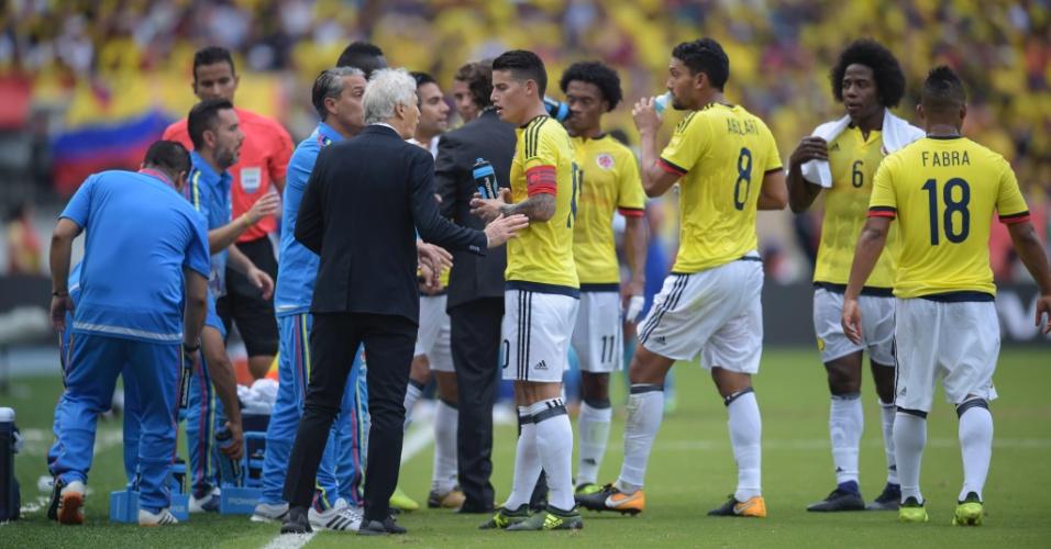 O técnico Jose Pekerman passa instruções para a Colômbia contra o Brasil durante parada técnica