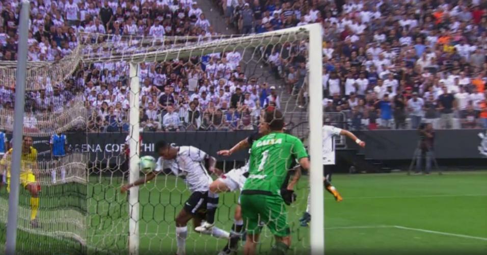 Jô faz gol com o braço em partida contra o Vasco