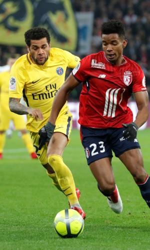 Daniel Alves tenta roubar a bola do também brasileiro Thiago Mendes, ex-São Paulo e Goiás