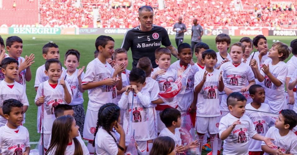 D'Alessandro é homenageado pelo aniversário antes da partida entre Internacional e Bahia