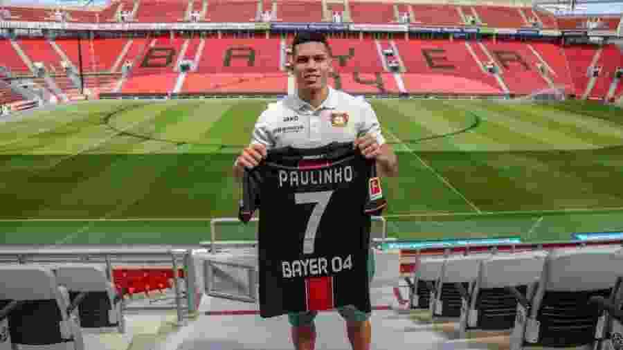 Atacante Paulinho quando foi apresentado pelo Bayer Leverkusen, ano passado, na Alemanha - Divulgação