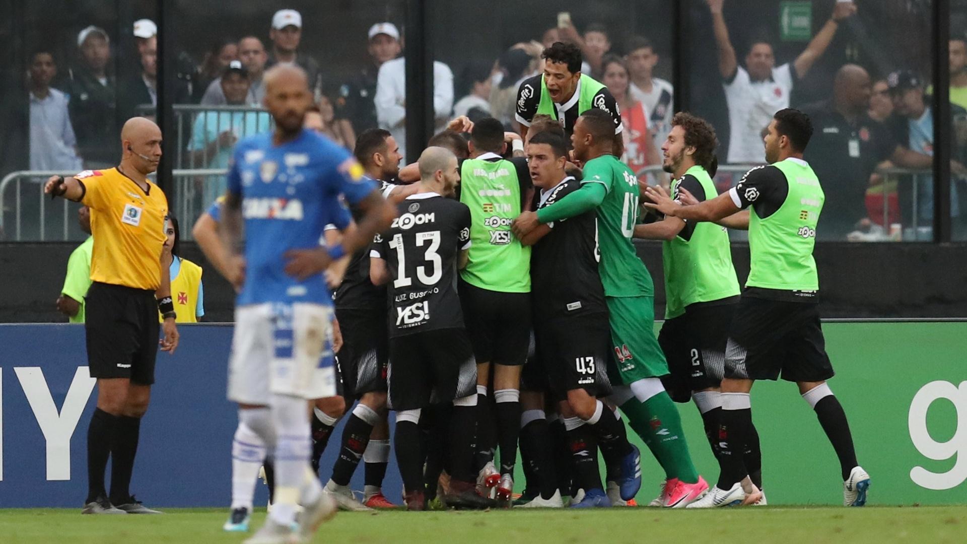Jogadores do Vasco comemoram gol contra o Cruzeiro em duelo do Brasileirão