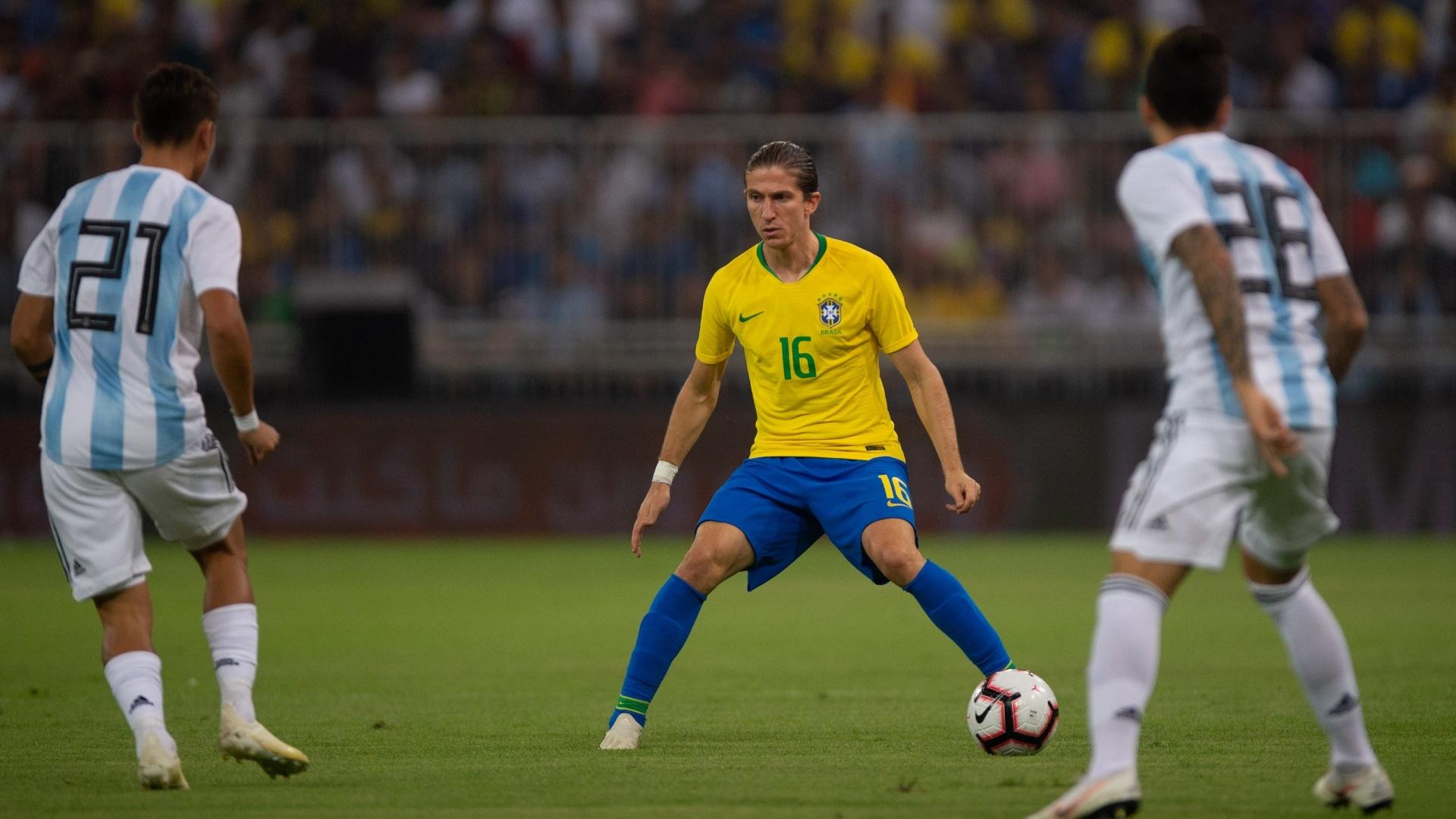 O lateral-esquerdo Filipe Luis em lance do amistoso entre Brasil e Argentina