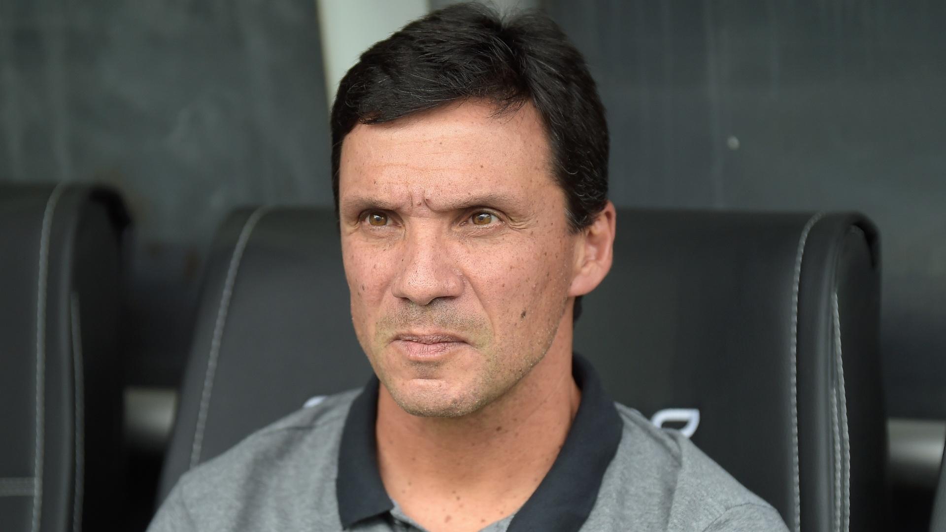Zé Ricardo observa o time do Botafogo durante jogo com o Corinthians