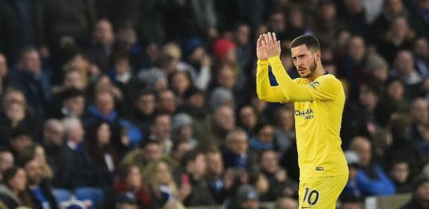 Eden Hazard aplaude a torcida do Chelsea ao ser substituído contra o Brighton - Glyn Kirk/AFP