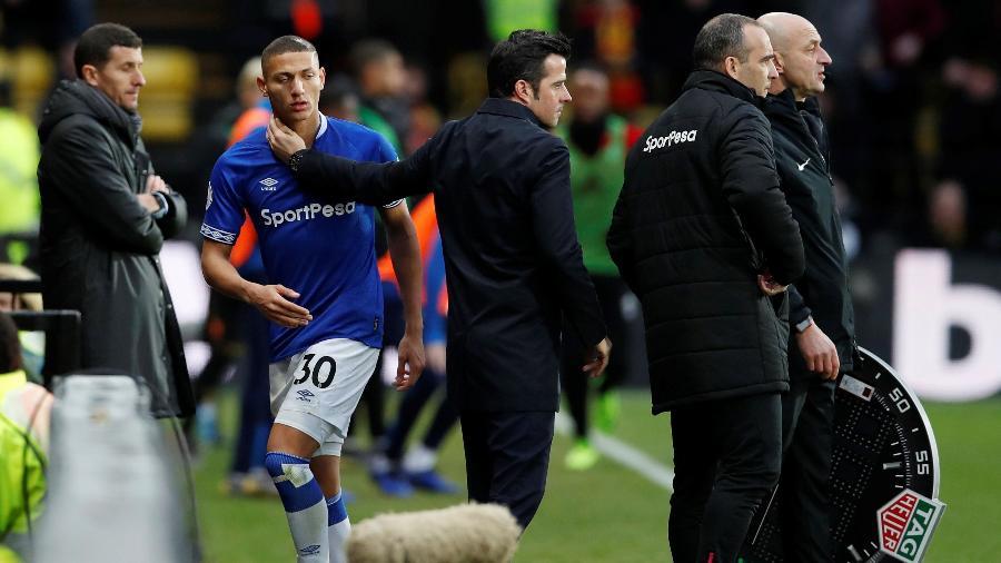 Richarlison é afagado pelo técnico do Everton, o português Marco Silva - REUTERS/David Klein