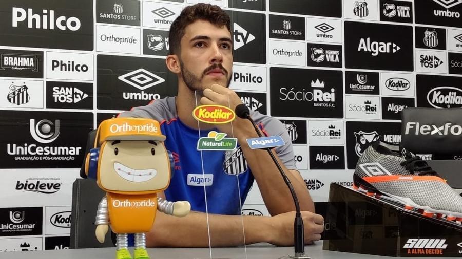 Gustavo Henrique, do Santos, concede entrevista coletiva no CT Rei Pelé - UOL