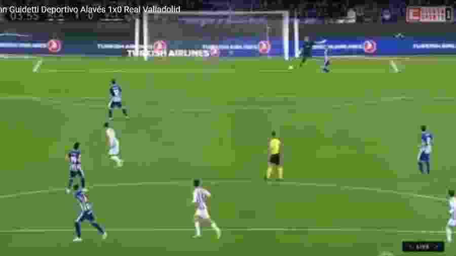 Goleiro vai dar chutão, acerta adversário e a bola entra - Reprodução Youtube