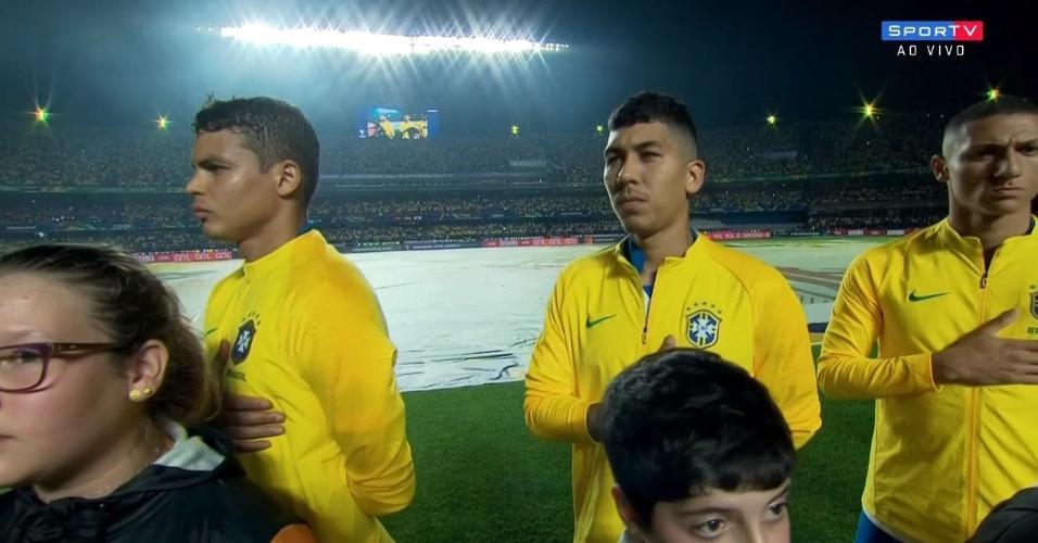 Jogadores enfileirados para o hino nacional brasileiro