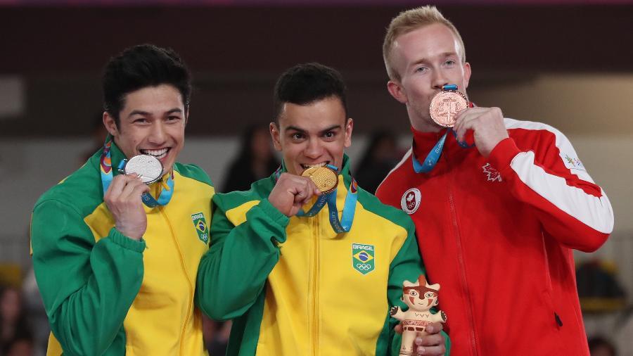 Caio Souza com a medalha de ouro e Arthur Nory com a prata no individual geral - Henry Romero/Reuters