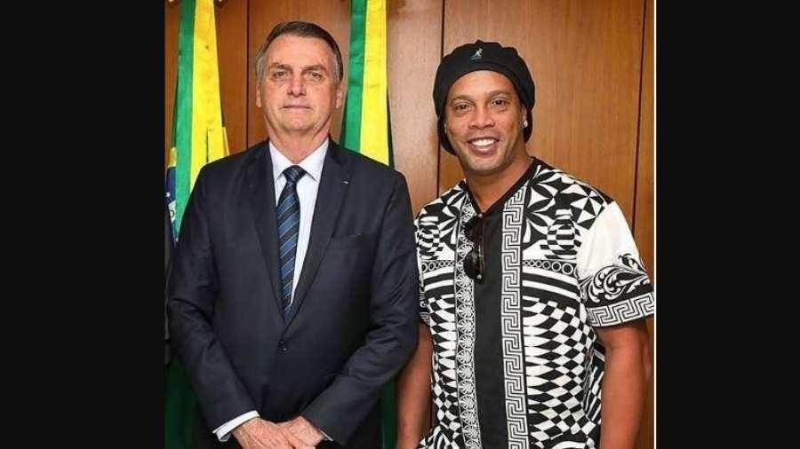 Presidente Jair Bolsonaro posa com o ex-jogador Ronaldinho Gaúcho, atual embaixador da Embratur - Divulgação