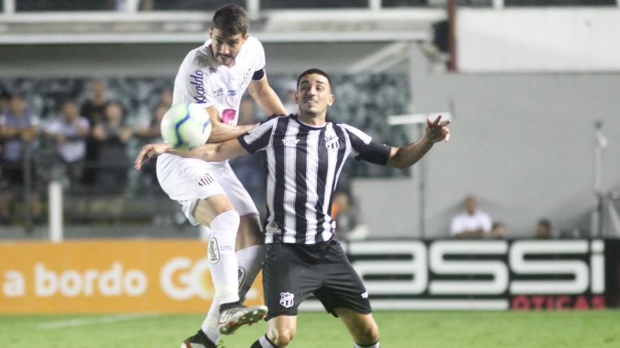 Gustavo Henrique, do Santos, disputa bola com Tiago Galhardo, do Ceará, na Vila - Fernanda Luz/AGIF
