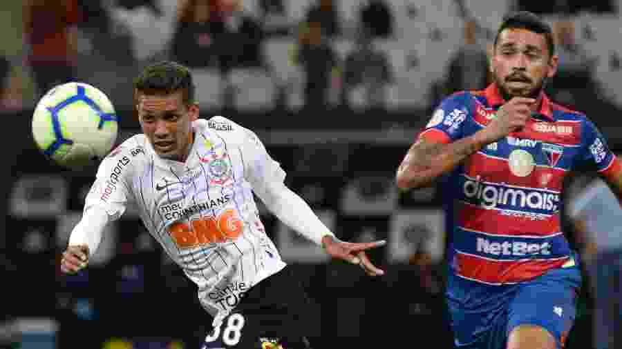 Pedrinho em ação pelo Corinthians contra o Fortaleza - Bruno Ulivieri/AGIF