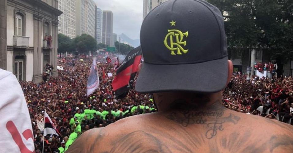 Gabigol comandou a festa com a torcida nas ruas do Rio de Janeiro