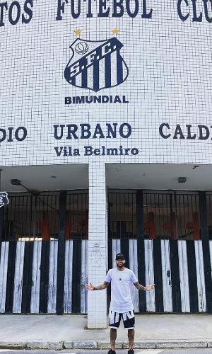 Neymar, em frente à Vila Belmiro, estádio do Santos