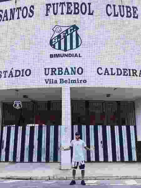 Neymar, em frente à Vila Belmiro, estádio do Santos - Reprodução/ Instagram