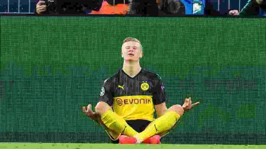 Haaland comemora um dos seus gols na vitória do Dortmund sobre o PSG - DeFodi Images/Colaborador