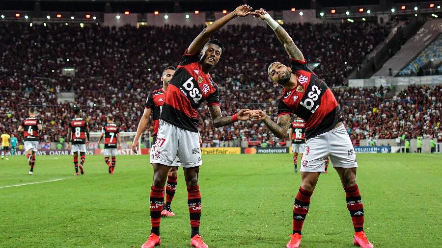 Bruno Henrique comemora com Gabriel gol diante do Barcelona-EQU pela Libertadores. Clube estuda transmissão de próximo jogo - Thiago Ribeiro/AGIF