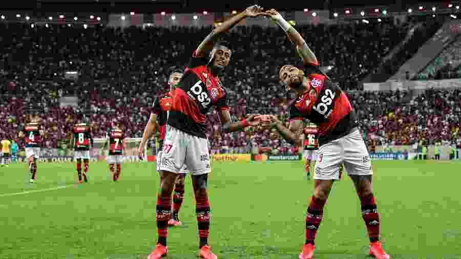 Bruno Henrique comemora com Gabriel gol diante do Barcelona-EQU pela Libertadores - Thiago Ribeiro/AGIF