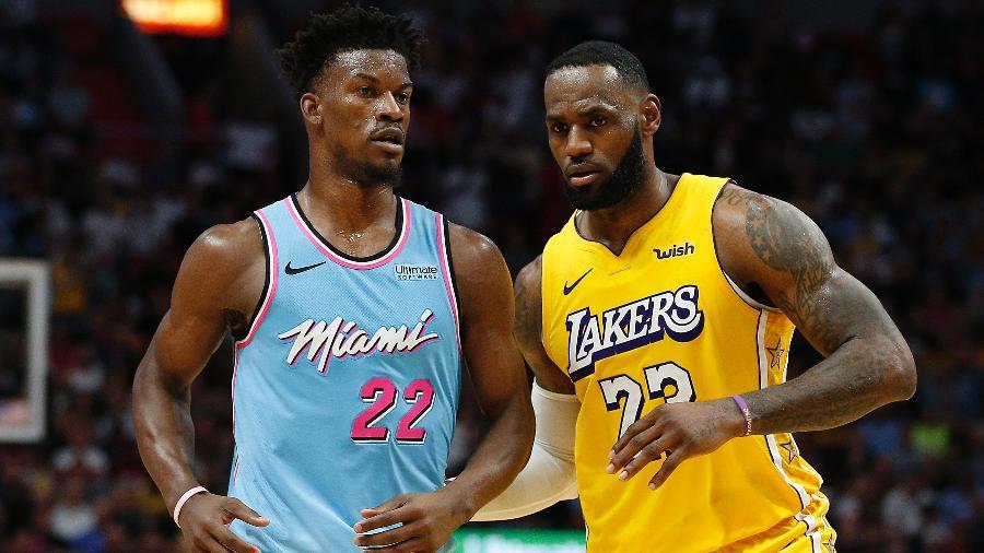 Jimmy Butler e LeBron James em ação durante jogo da temporada 2020 da NBA - Michael Reaves/Getty Images