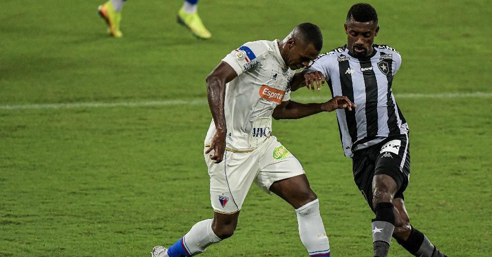 Kalou, do Botafogo, e Wanderson, do Fortaleza, dividem bola em jogo do Brasileirão