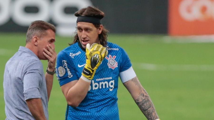 Cássio e Vagner Mancini conversam durante Corinthians x Sport, jogo do Brasileirão - Marcello Zambrana/AGIF