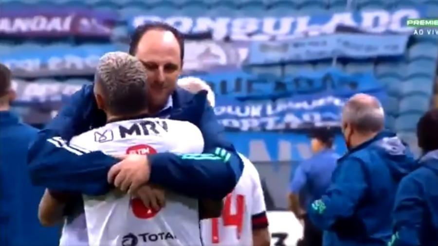 Técnico Rogério Ceni abraça Gabigol em vitória do Flamengo sobre o Grêmio - Reprodução / Premiere