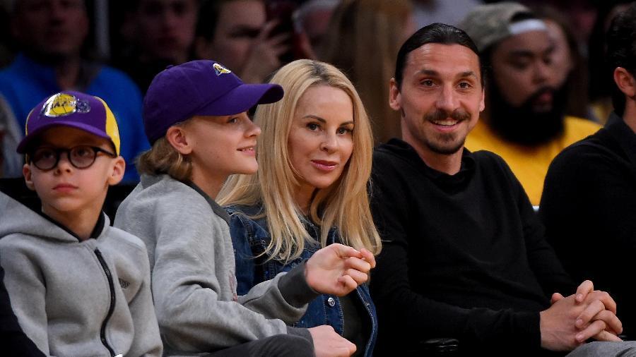 O atacante Zlatan Ibrahimovic ao lado da modelo Helena Seger durante uma partida da NBA - Jayne Kamin-Oncea/Getty Images