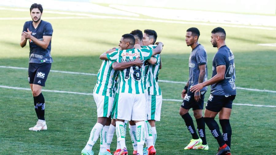 Jogadores do Juventude comemoram gol contra o Atlético-MG pelo Brasileirão - LUCA ERBES/FUTURA PRESS/FUTURA PRESS/ESTADÃO CONTEÚDO