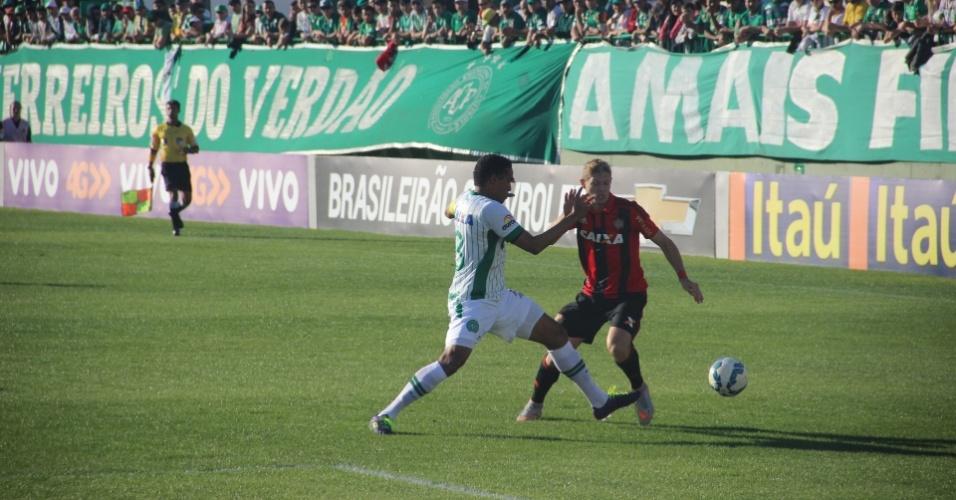 Marlone (direita) tanta fugir da marcação de Rafael Lima no jogo entre Sport e Chapecoense