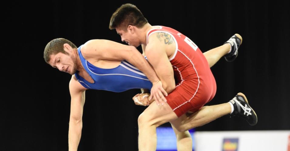 Ali Soto, do México, derruba Cristobal Torres, do Chile, na luta olímpica