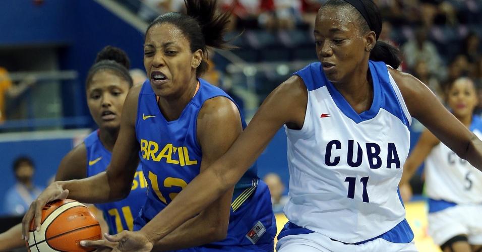 Karina e Cepeda disputam a bola durante a partida entre Brasil e Cuba