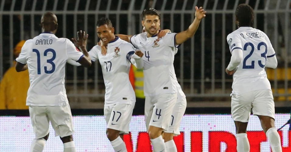 Jogadores de Portugal abraçam Nani, que marcou para a seleção lusitana contra a Sérvia, em jogo válido pelas Eliminatórias para a euro 2016