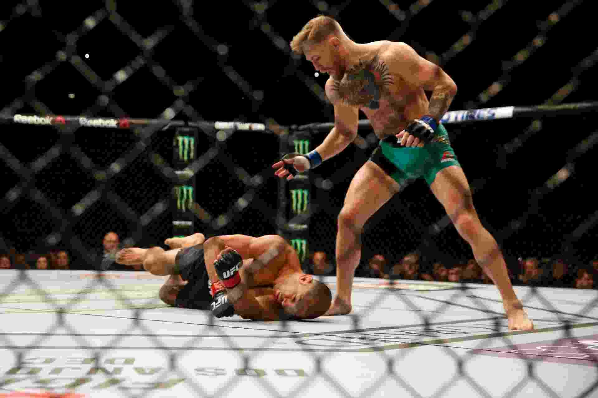 José Aldo desaba depois de soco de Conor McGregor, no UFC 194 - Christian Petersen/Zuffa LLC/Getty Images