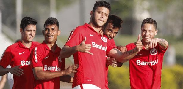 Bruno Baio (centro) deve ser emprestado pelo Inter para ganhar experiência