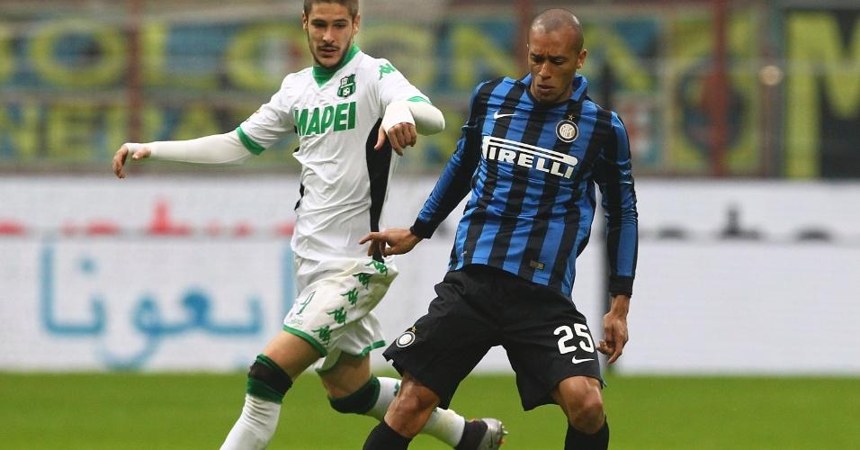 10.jan.2016 - Miranda, da Internazionale, tenta levar a melhor na disputa com Falcinelli, do Sassuolo