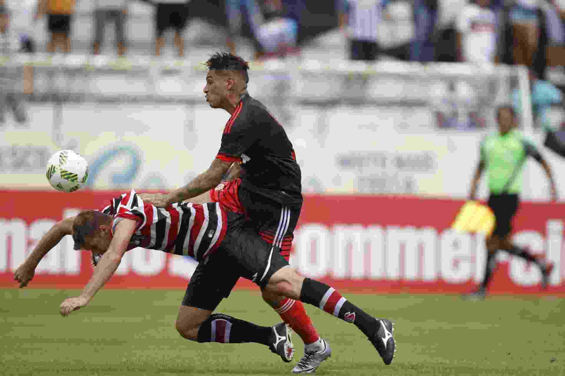Guerrero derruba o adversário na briga pela bola - Gilvan de Souza / Flamengo