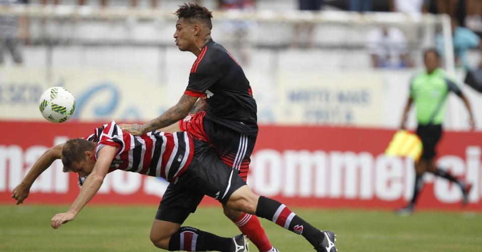 Guerrero derruba o adversário na briga pela bola