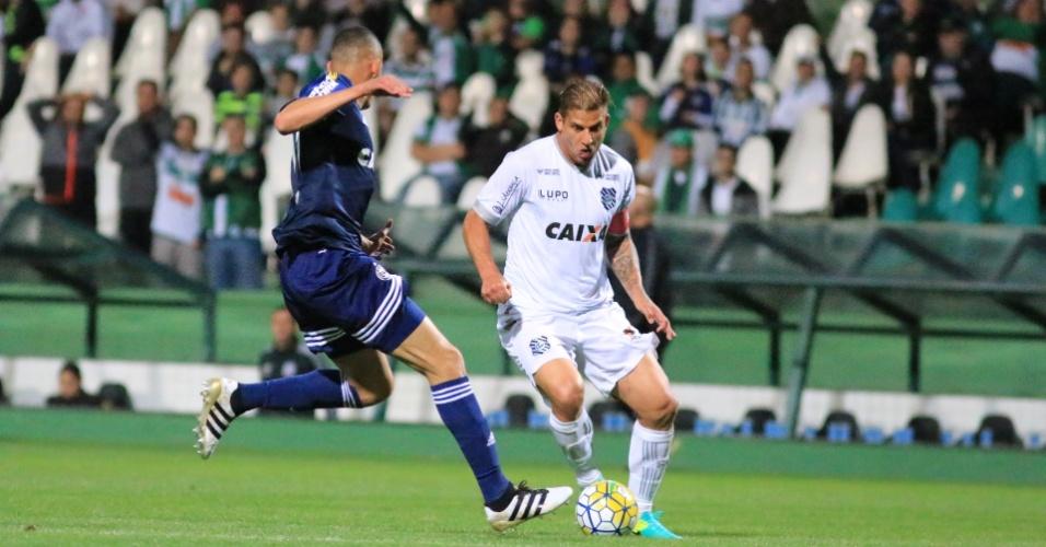 Rafael Moura, do Figueirense, tenta passar pela marcação do Coritiba