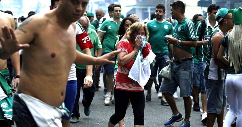 Torcedores se protegem na Rua Palestra Itália após confusão