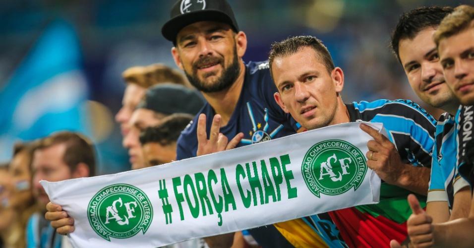 Gremistas mostram seu apoio ao time e também à Chapecoense na final da Copa do Brasil