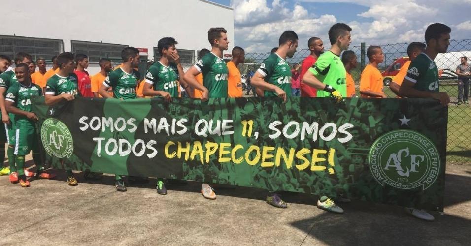 """Jogadores da Chapecoense entram em campo para estreia na Copa São Paulo com faixa """"Somos mais que 11, somos todos Chapecoense"""""""