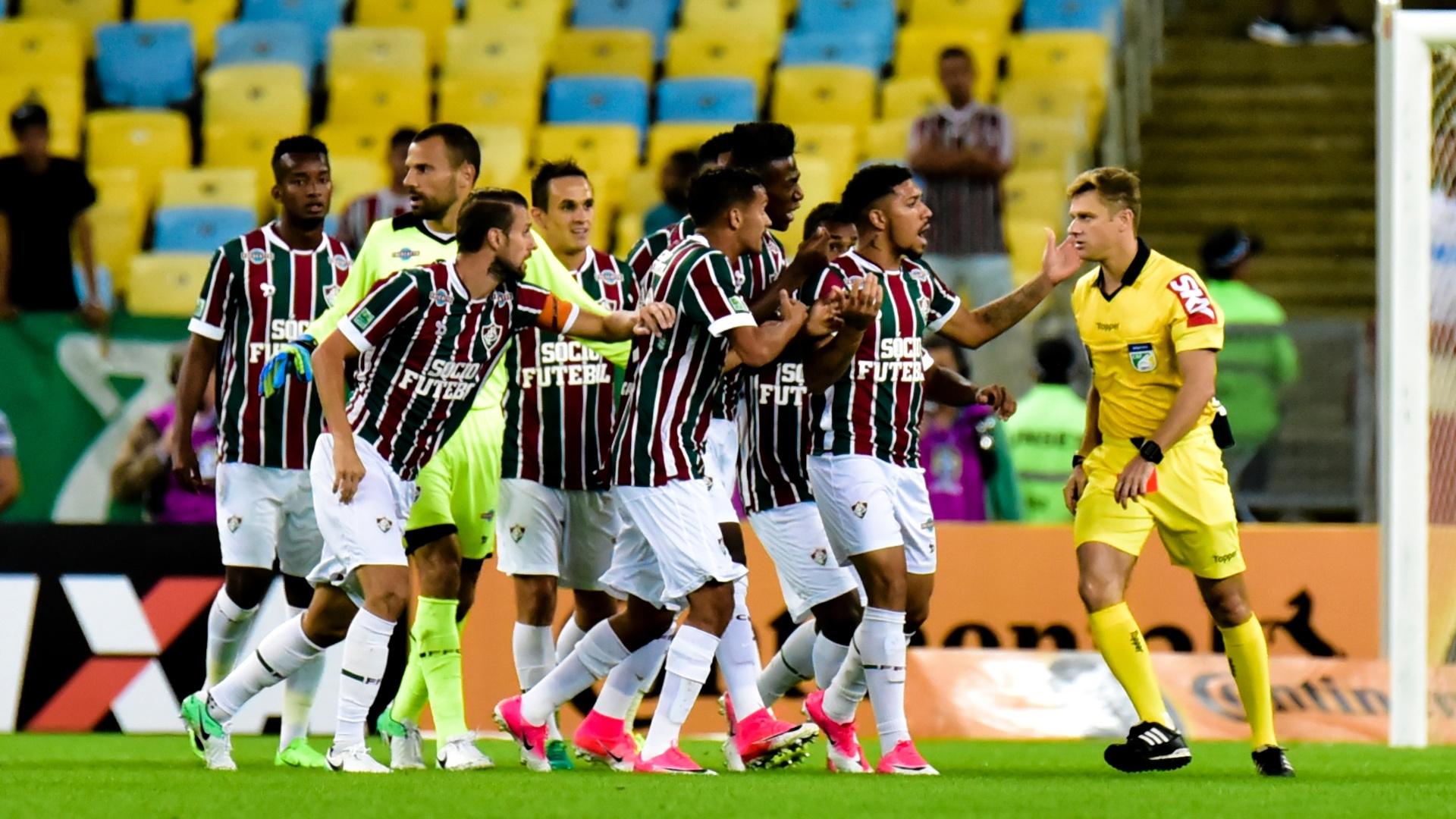 Jogadores do Fluminense reclamam com o árbitro Thiago Duarte Peixoto