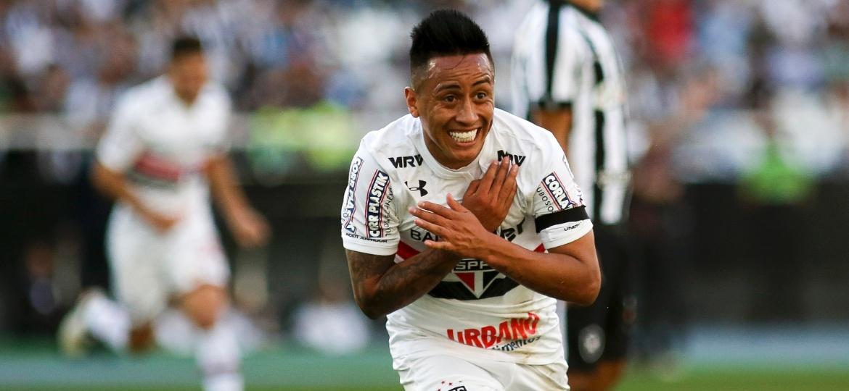 Cueva em ação pelo São Paulo; meia vem dando dor de cabeça para a diretoria do clube em 2018 - Luciano Belford/AGIF