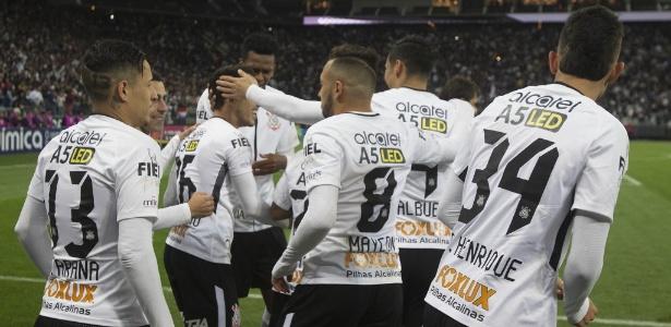 Jogadores corintianos se cumprimentam em vitória sobre o Sport