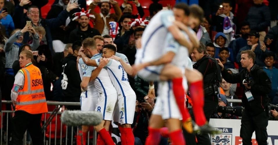 Jogadores da Inglaterra se abraçam depois de conseguirem a vaga para a Copa
