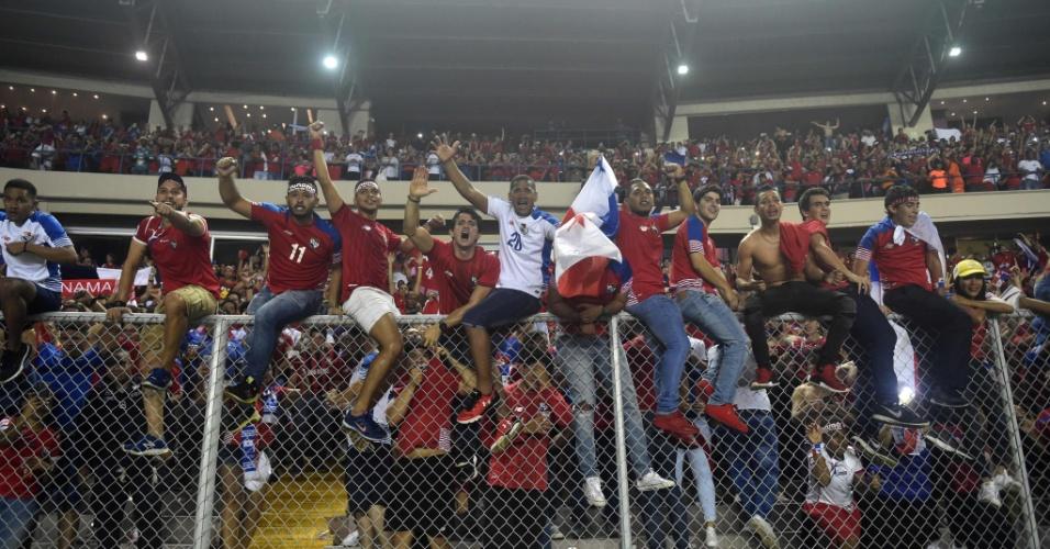 Torcedores do Panamá sobem no alambrado para comemorar vaga